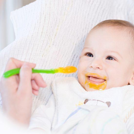 Comment savoir si bébé est prêt pour la diversification alimentaire